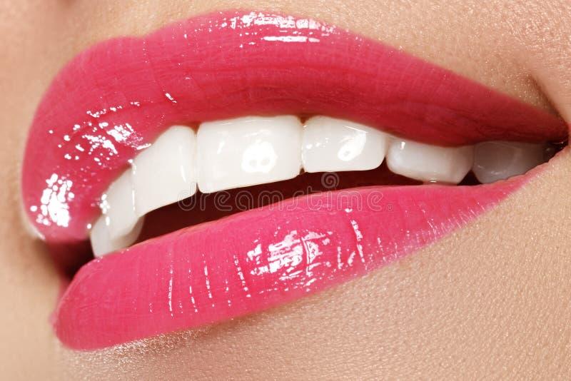 O sorriso com os dentes brancos saudáveis, rosa brilhante da mulher feliz macro foto de stock royalty free