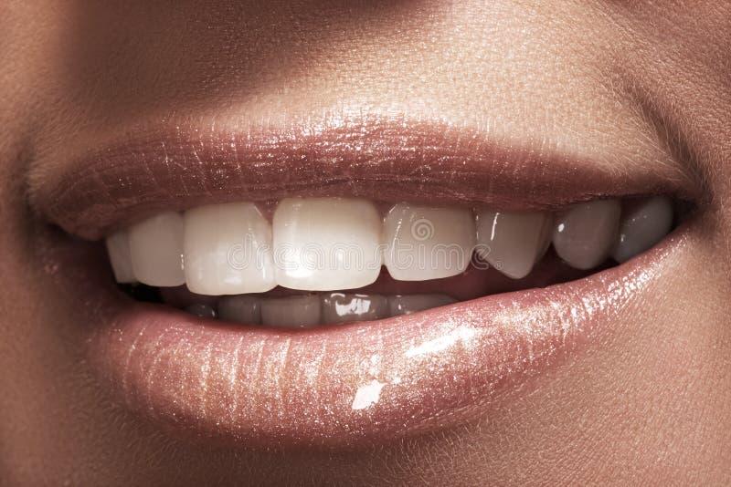 O sorriso da mulher feliz macro com os dentes brancos saudáveis fotografia de stock