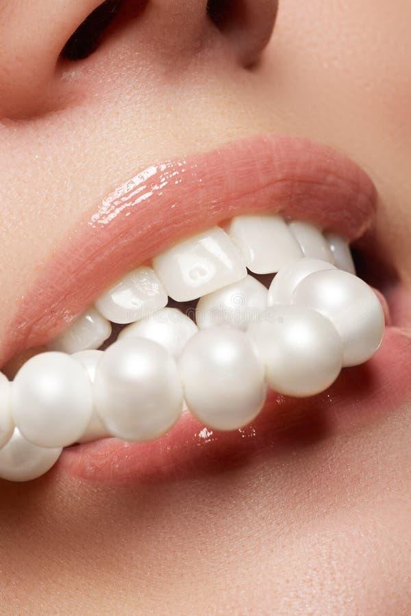 O sorriso fêmea feliz do close-up com os dentes brancos saudáveis, os bordos vermelhos brilhantes prepara Cuidado da cosmetologia imagem de stock