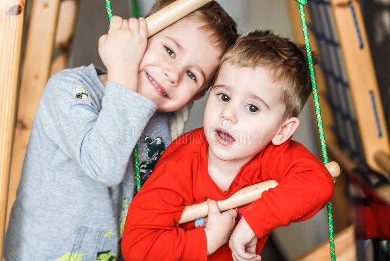 O sorriso feliz caçoa dois meninos que olham a câmera foto de stock royalty free
