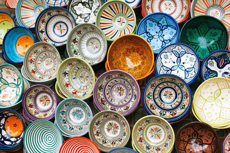 O souk marroquino crafts lembranças em medina, Essaouira, Marrocos imagens de stock