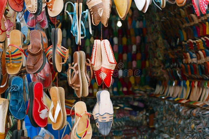 O souk marroquino crafts lembranças em medina, Essaouira, Marrocos imagem de stock
