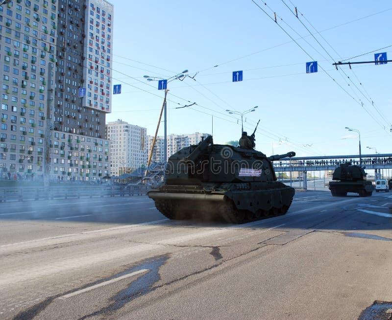 O soviete e o russo os obus automotores divisionais SAU de 152 milímetros Msta-com circundam a cidade imagem de stock royalty free