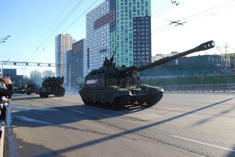 O soviete e o russo os obus automotores divisionais SAU de 152 milímetros Msta-com circundam a cidade foto de stock