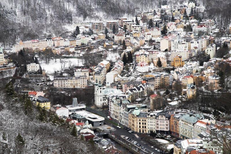 O spa resort europeu Karlovy varia no inverno Vista panorâmica bonita da montanha foto de stock