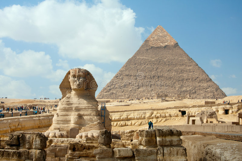 O Sphynx e a pirâmide sob o céu azul foto de stock royalty free
