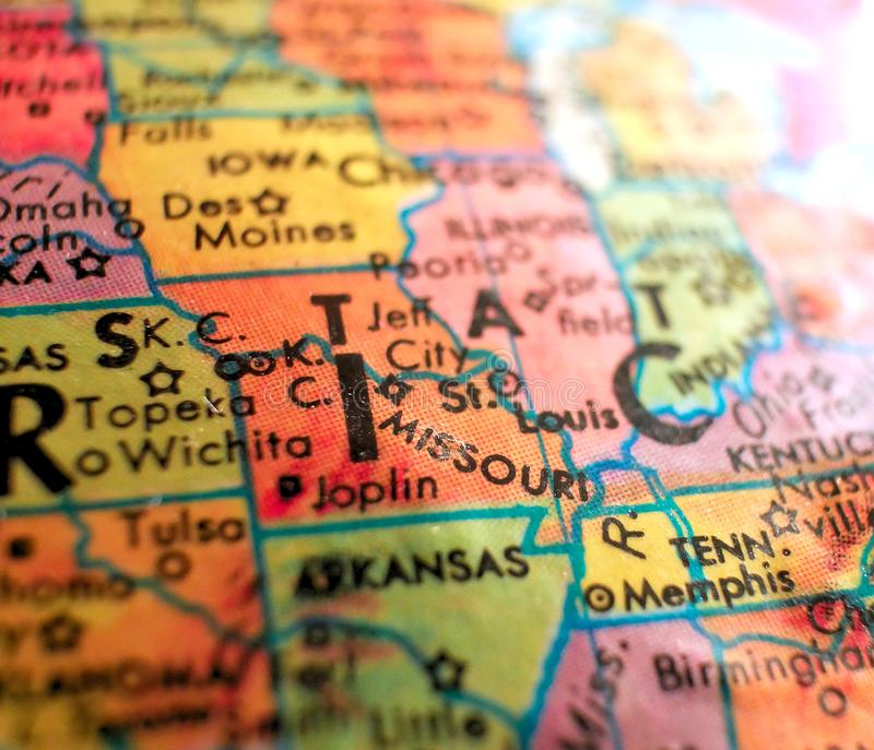 O St Louis Missouri EUA focaliza o tiro macro no mapa do globo para blogues do curso, meios sociais, bandeiras da Web e fundos imagem de stock