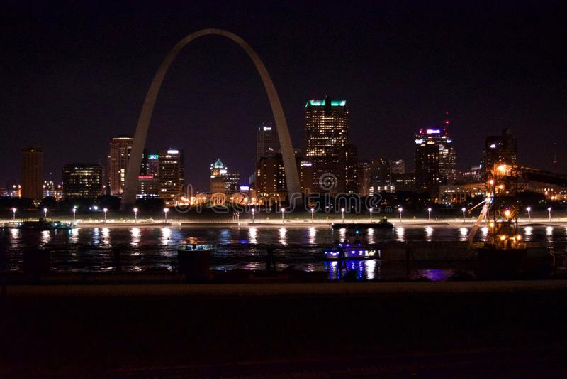 O St Louis Skyline na noite imagens de stock royalty free
