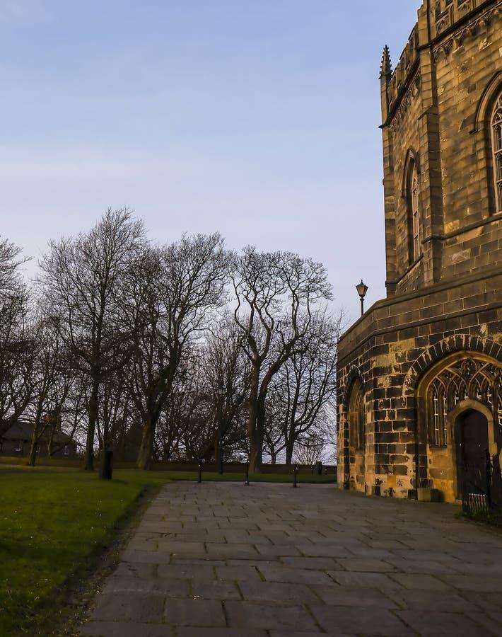 O St Marys, igreja do convento de Lancaster é próximo pelo castelo acima da cidade em Inglaterra fotos de stock
