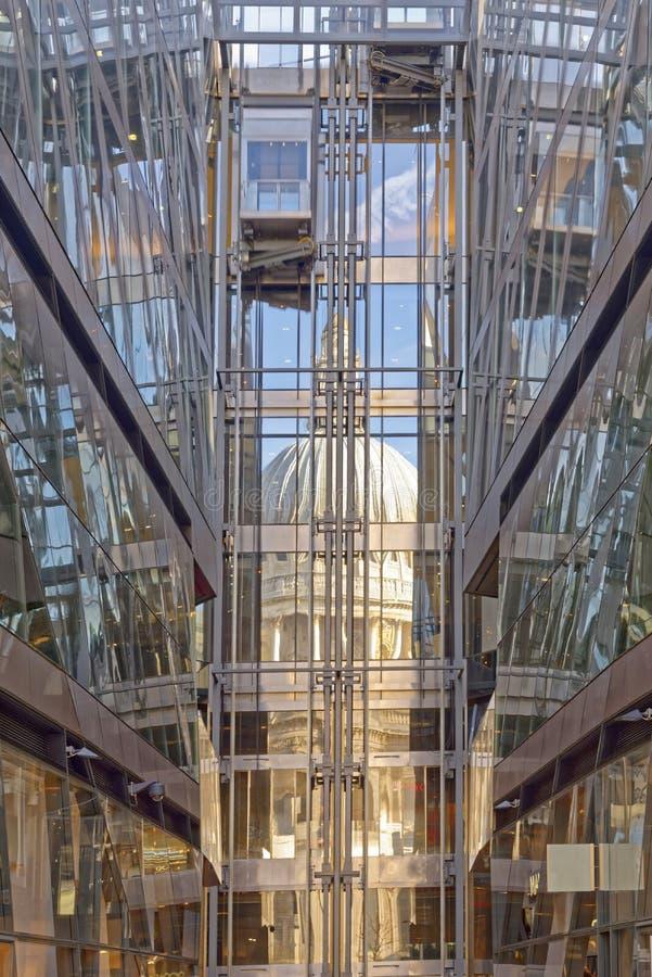O St Pauls Cathedral refletiu fotos de stock royalty free
