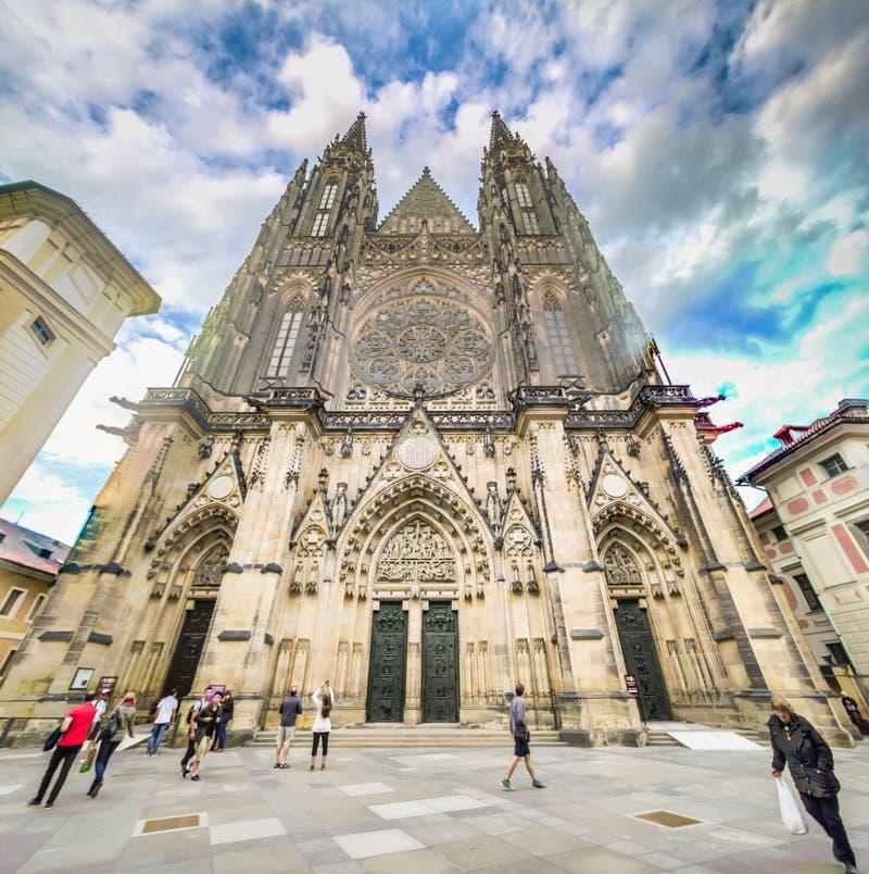 O St Vitus Cathedral no castelo de Praga no verão, República Checa imagens de stock royalty free
