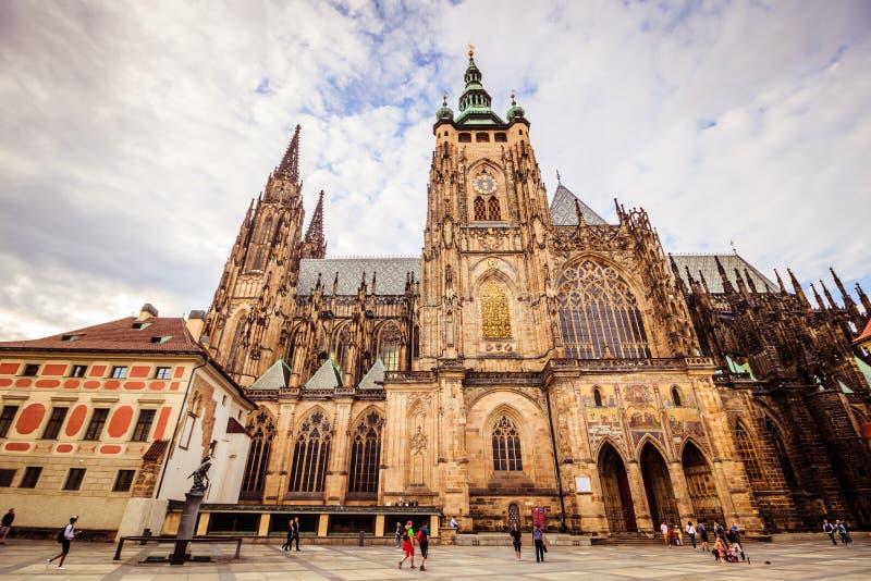 O St Vitus Cathedral no castelo de Praga no verão, República Checa foto de stock royalty free