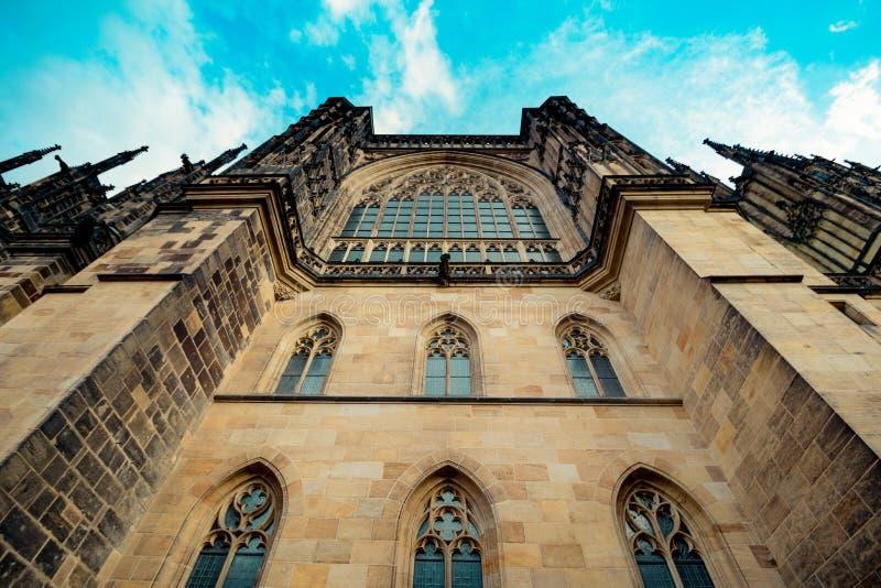 O St Vitus Cathedral no castelo de Praga no verão, República Checa imagens de stock