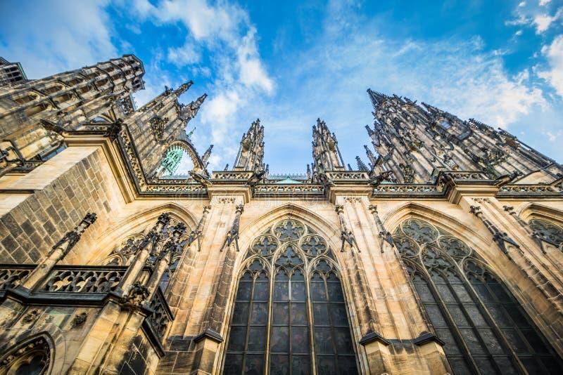 O St Vitus Cathedral no castelo de Praga no verão, República Checa fotografia de stock