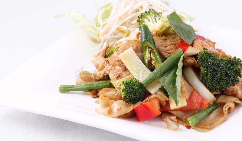 O stir liso do macarronete de arroz fritou com erva e manjericão tailandesas. imagens de stock