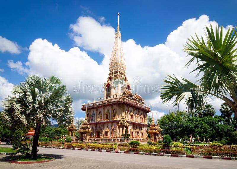 O stupa do templo budista Wat Chalong complexo de Phra Mahathat fotos de stock royalty free