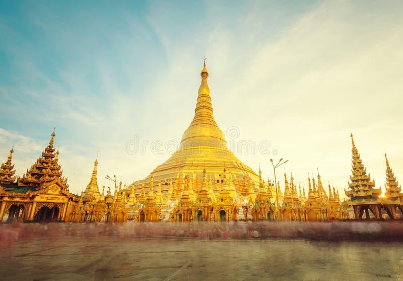 O stupa dourado do pagode Yangon Rangoon de Shwedagon, Landm fotografia de stock