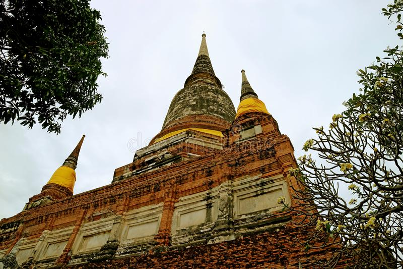 O Stupa ou o Chedi histórico de Wat Yai Chai Mongkhon Temple contra o céu nebuloso, local arqueológico de Ayutthaya, Tailândia fotos de stock