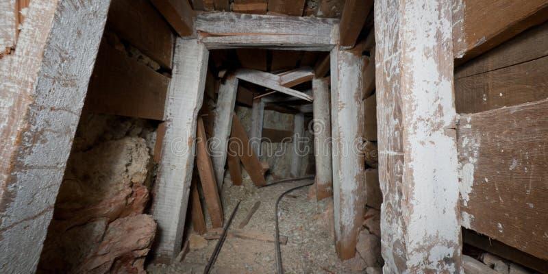 Download Túnel De Desmoronamento Da Mina Imagem de Stock - Imagem de abandonado, canto: 29836865