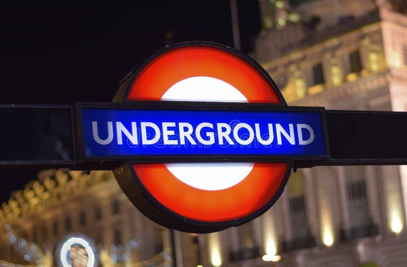 O subterrâneo tradicional de Londres assina dentro a rua de Londres imagem de stock royalty free