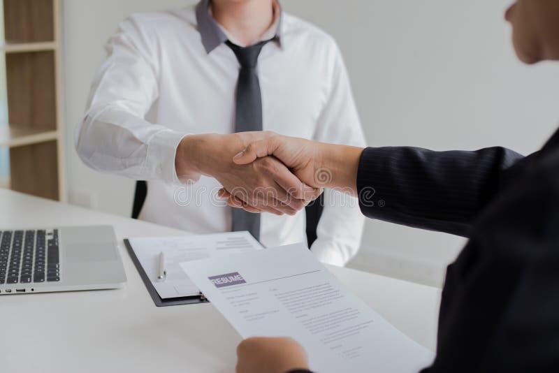 O sucesso comercial, gerente dos recursos humanos dá boas-vindas a empregados novos imagem de stock royalty free