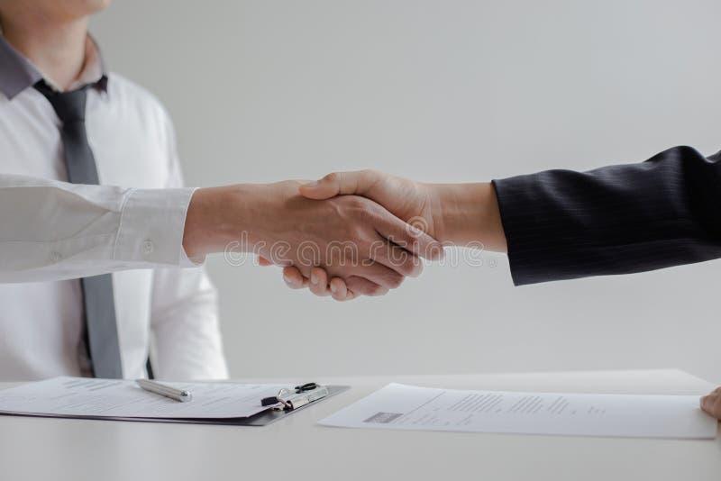 O sucesso comercial, gerente dos recursos humanos dá boas-vindas a empregados novos imagens de stock royalty free
