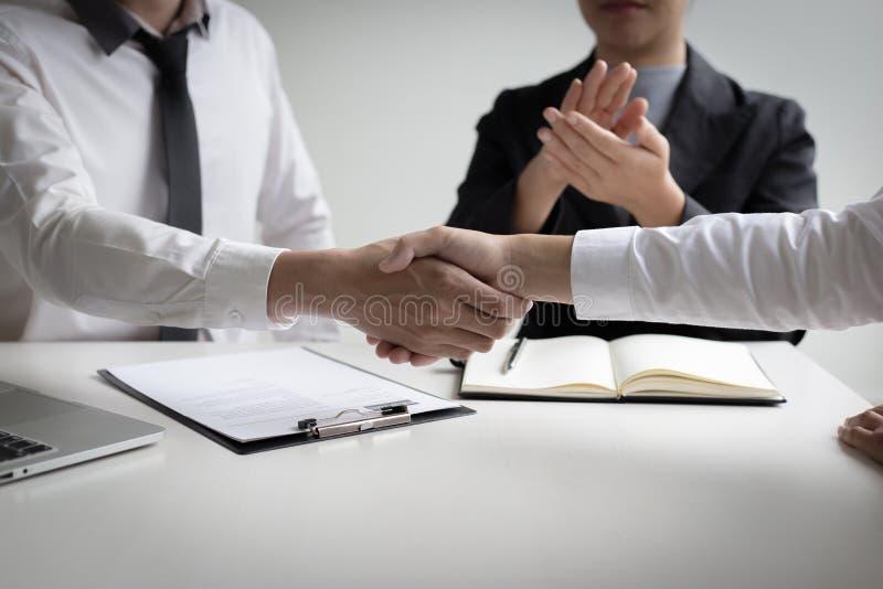 O sucesso comercial, gerente dos recursos humanos dá boas-vindas a empregados novos fotos de stock royalty free