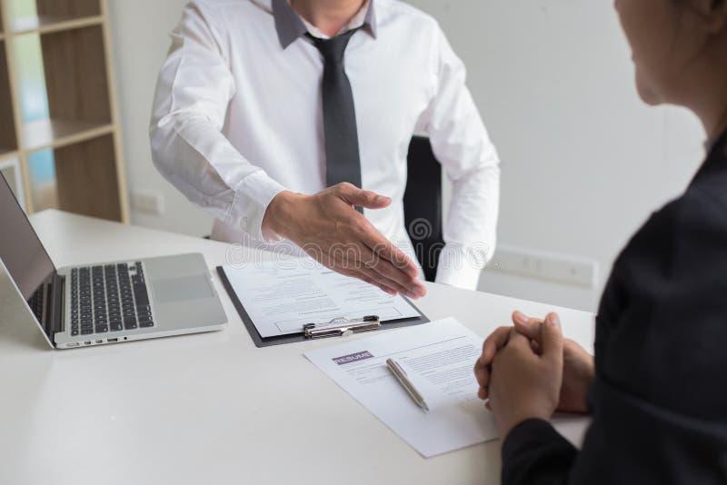 O sucesso comercial, gerente dos recursos humanos dá boas-vindas a empregados novos imagem de stock
