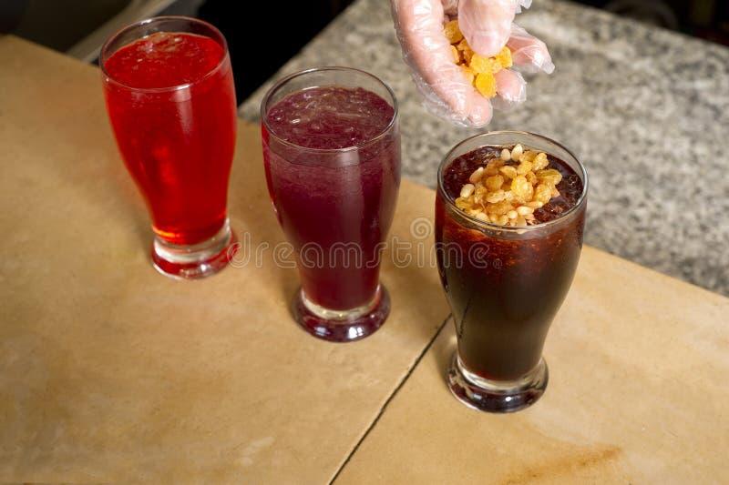 O suco árabe do jallab serviu no mês santamente ramadan foto de stock royalty free
