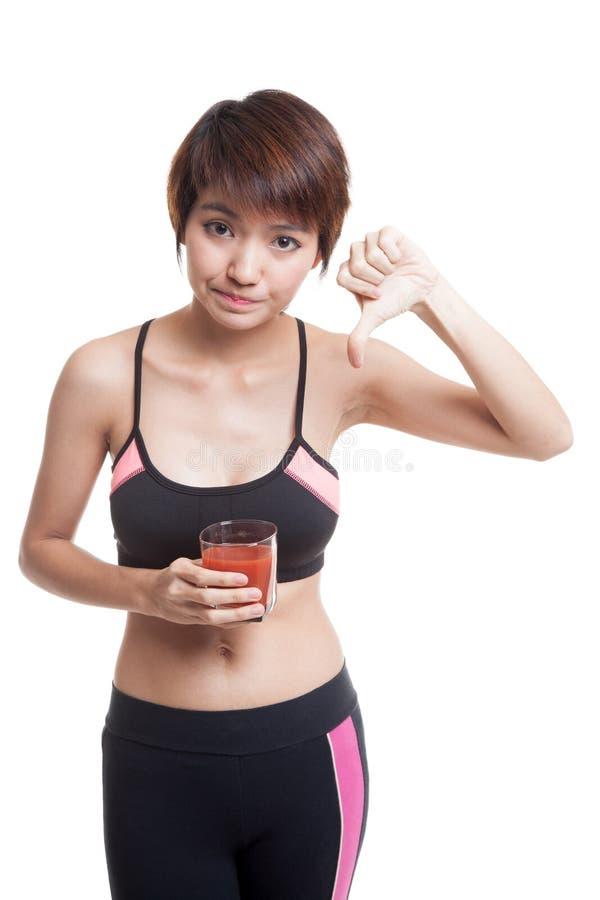 O suco de tomate asiático saudável bonito do ódio da menina manuseia para baixo imagens de stock royalty free