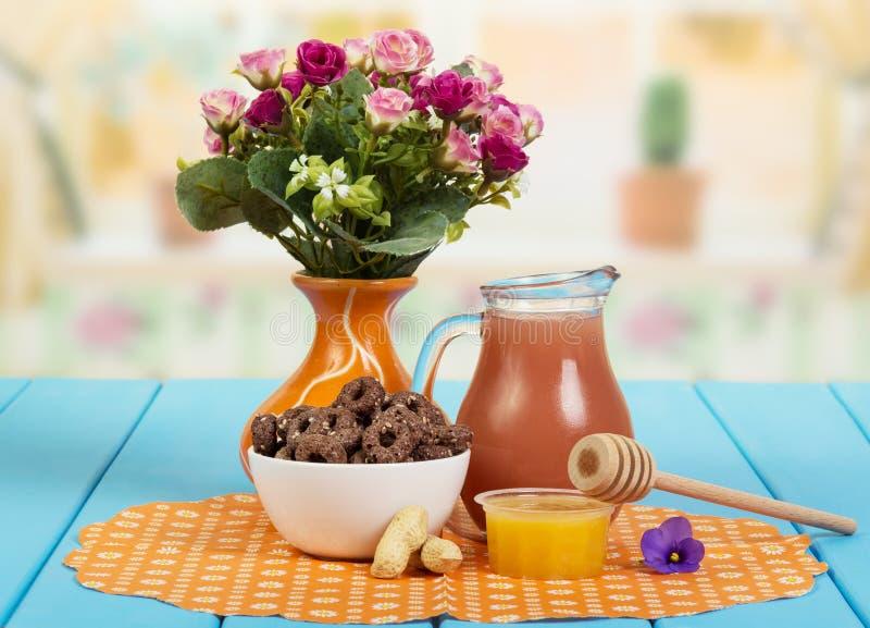 O suco, milho soa com sésamo, mel, amendoins na cozinha do fundo fotografia de stock