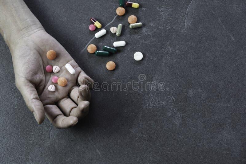 O suic?dio de consigna??o do homem overdosing na medicamenta??o Feche acima dos comprimidos e do viciado da overdose foto de stock royalty free