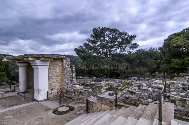 O sul Propylaeum restaurou a construção com os dois fresco no local arqueológico de Knossos em Heraklion imagem de stock