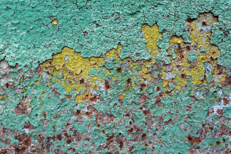 O sumário corroeu a pintura artística oxidada da casca da parede do ferro colorido do fundo do grunge do papel de parede fotografia de stock