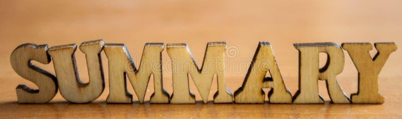 O ` sumário do ` da palavra feito de letras de madeira fotografia de stock