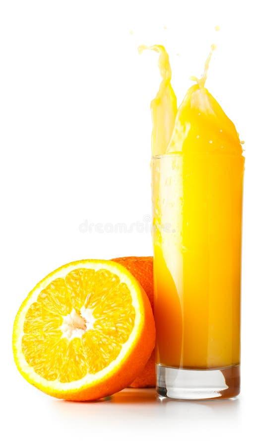O sumo de laranja spalsing no vidro foto de stock