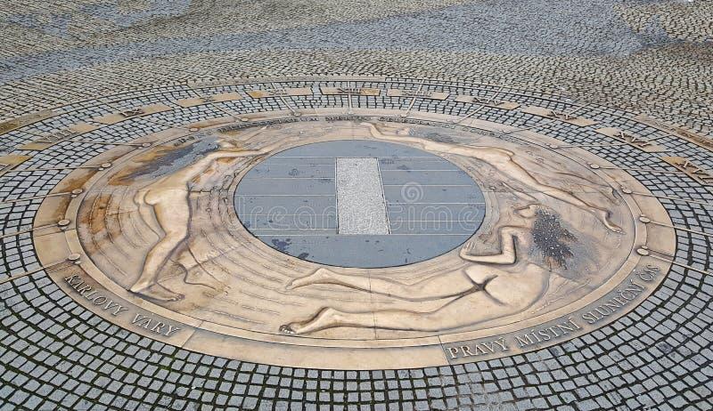 o Sun-seletor e o pulso de disparo astronômico feitos dos relevos de cobre que ilustra mulheres despidas no pavimento em Karlovy  fotografia de stock
