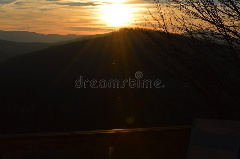 O Sunsetting sobre a parte superior da montanha fotografia de stock royalty free