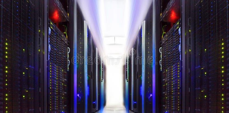 O super-computador aglomera-se no centro de dados abstrato da sala fotos de stock royalty free