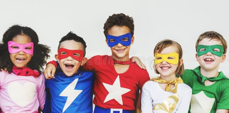 O super-herói caçoa o conceito brincalhão do divertimento da imaginação da aspiração fotos de stock