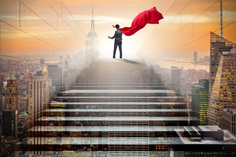 O super-herói do homem de negócios que pressiona botões virtuais na escada da carreira foto de stock