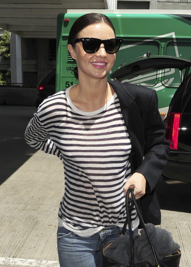 O supermodelo Miranda Kerr é visto em RELAXADO foto de stock