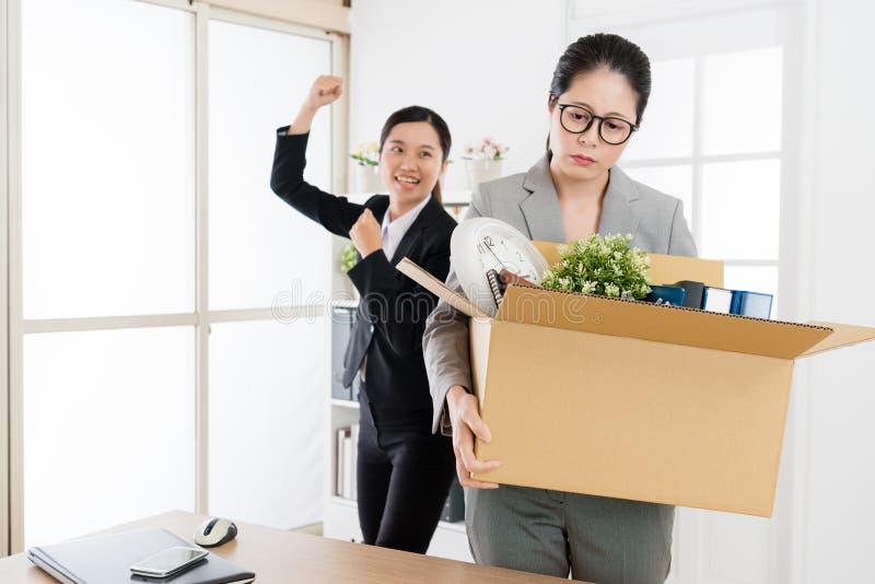 O supervisor fêmea é despedido e sair imagem de stock