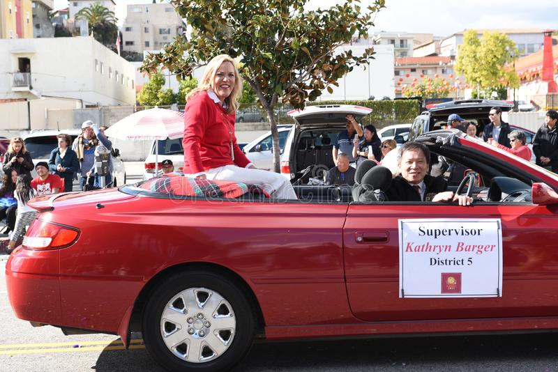 O supervisor Kathryn Barger monta na parada chinesa do ano novo de Los Angeles imagens de stock royalty free