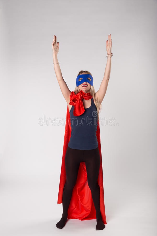 O Superwoman no traje do super-herói aumentado entrega acima foto de stock