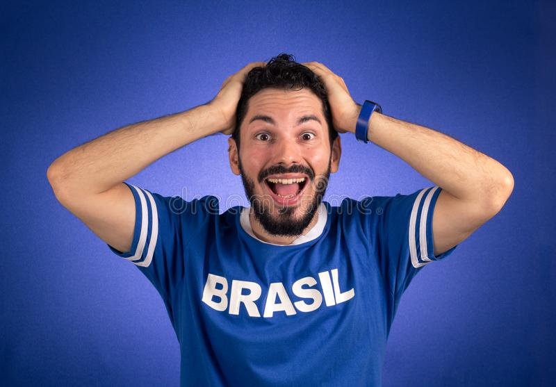 O suporte brasileiro da equipa nacional de futebol é surpreendido imagem de stock royalty free