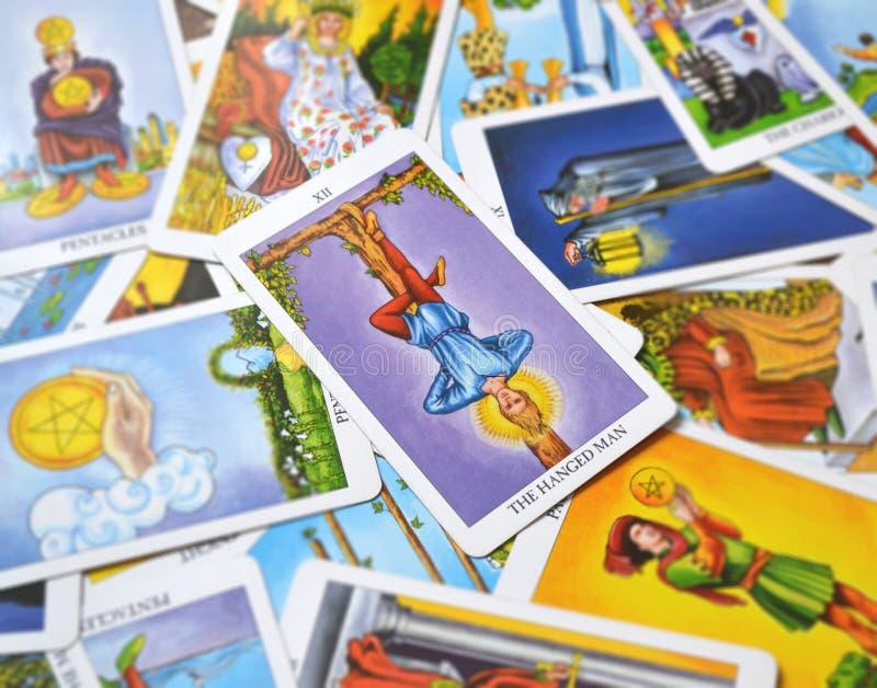 O suporte pendurado da rendição da reflexão do cartão de tarô do homem fora da imagem ilustração stock