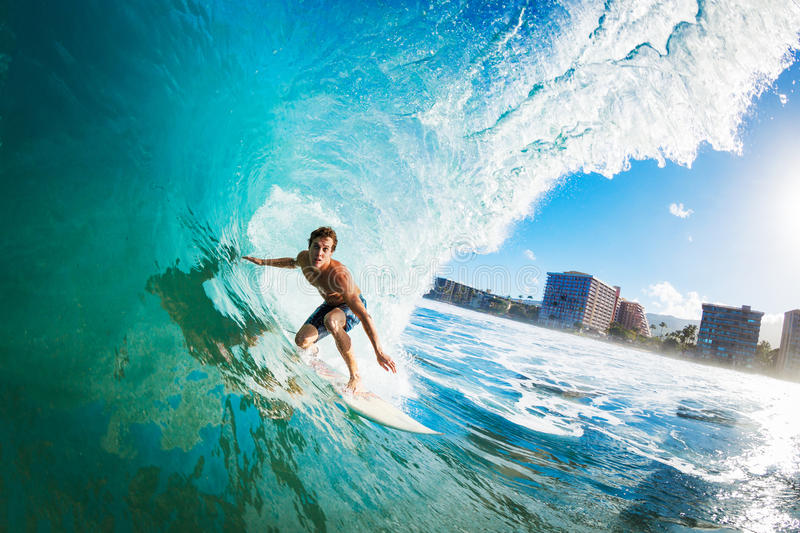 O surfista Gettting Barreled imagens de stock royalty free