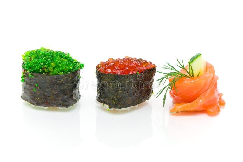 Sushi e rolo com fim-acima do pepino no fundo branco imagem de stock royalty free