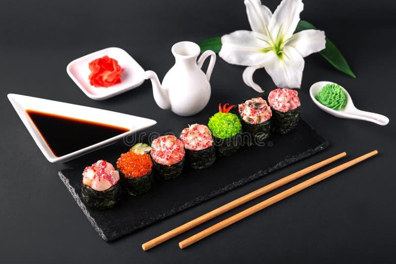 O sushi de Gunkan ajustou-se com salmões, atum, vara, enguia, vieira, caviar, camarão, afiado Culinária japonesa tradicional fotos de stock royalty free